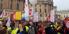 Demonstrierende mit Transparenten sowie ver.di- und GEW-Fahnen; Warnstreik in der Tarifrunde Öffentlicher Dienst der Länder, 26. Februar 2019 in Berlin