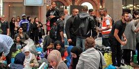 Flüchtlinge an einem Bahnhof