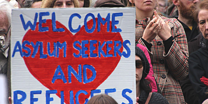 "Schild auf Demonstration ""Welcome Asylum Seekers and Refugees"""