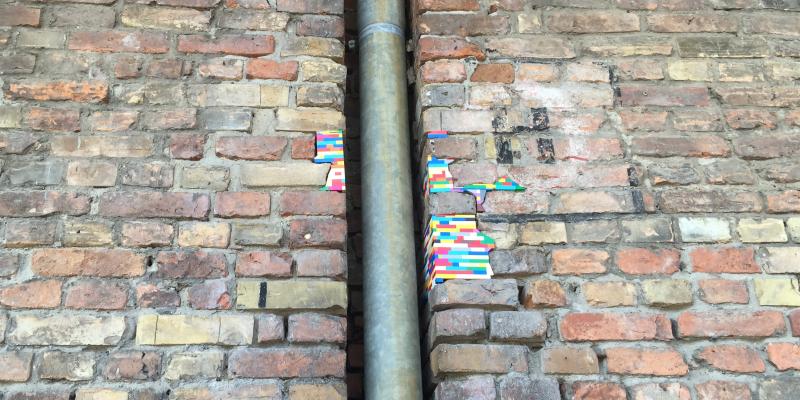 Mauer mit bunten Spielsteinen ausgebessert