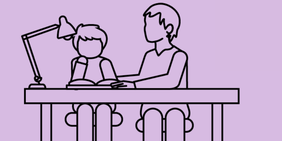Homeschooling: Vater sitzt mit Sohn am Schreibtisch