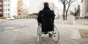 Mann im Rollstuhl auf der Straße
